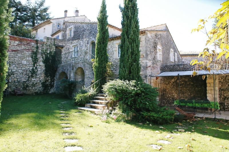 Beautiful stone house w. garden & pool in Provence, aluguéis de temporada em St Julien les Rosiers