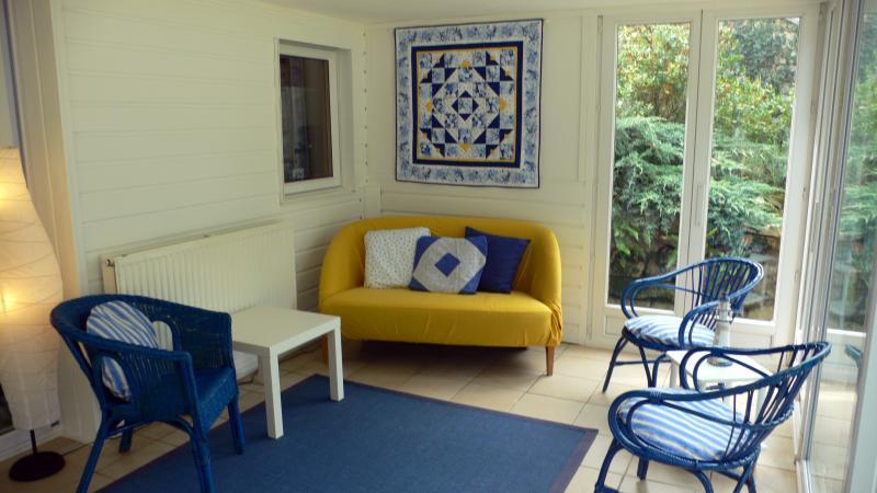 Veranda met uitzicht op eigen tuin met terras, hangmat en BBQ.