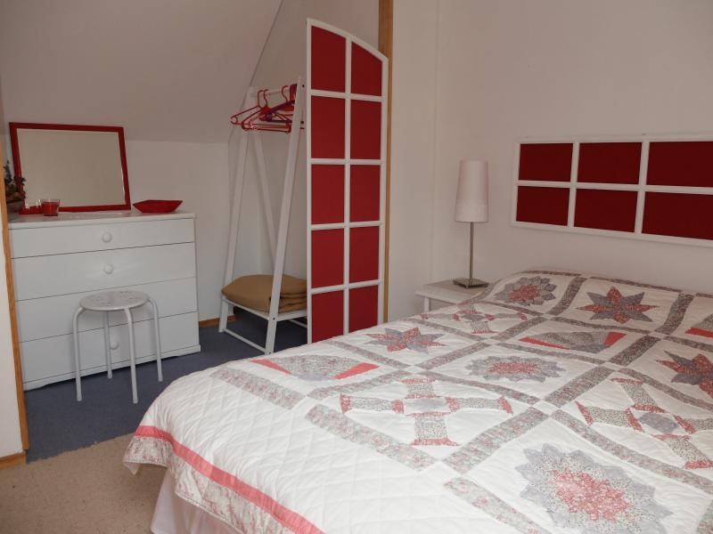 slaapkamer met eigen westelijke vleugel boven. Bed = 1m490 x 1m90
