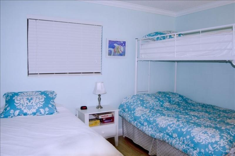 Full under twin bunk bed with a twin trundle underneath  and twin next to full. Sleeps 5