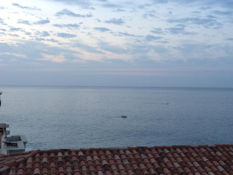 Ver antes del amanecer, la pesca de marlin gigante en la calma de que las aguas el Pacífico