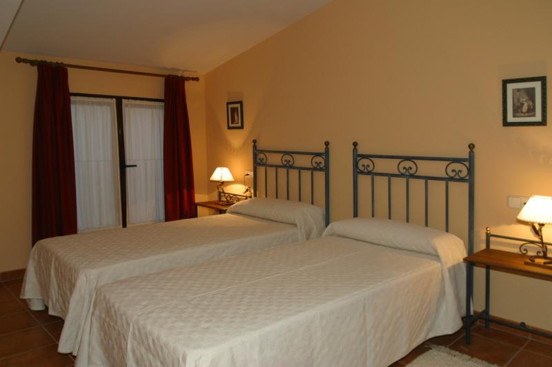 Dormitorio con dos camas de 90