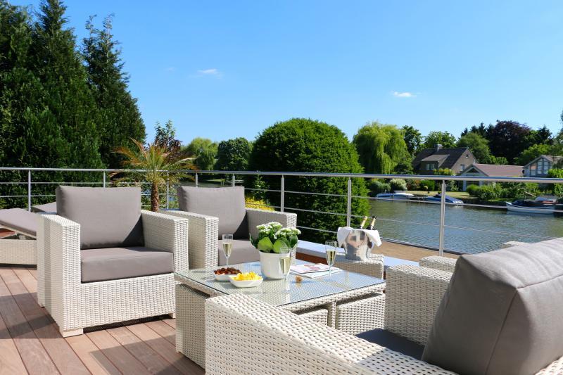 Zuidgericht terras met comfortabele lounge zetels en ligbedden