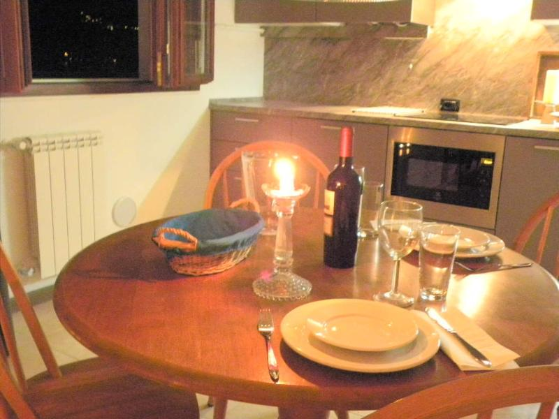 The dining table with four chairs invites you to a cosy dinner.