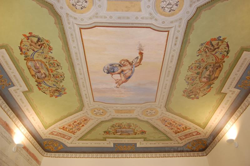 The main bedroom frescoed ceiling