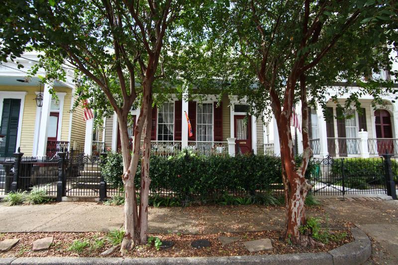 Garden District Charmer off historic St Charles Ave Large yard & porch, dogs ok, aluguéis de temporada em Harvey