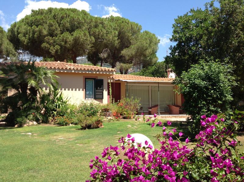 Holiday letting Villa La Bouganvillea Sardinia Santa Marghertia di Pula - beach side