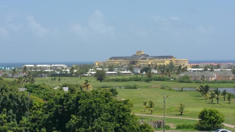 Curso de Golf Royal St. Kitts y vista al océano Atlántico desde terraza