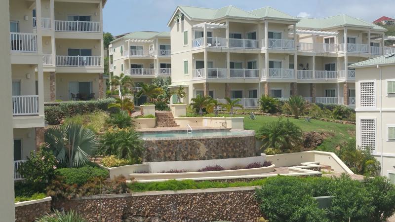 Vista de la propiedad, piscina y jardines desde la terraza de