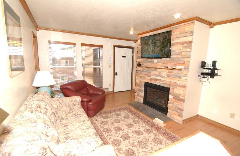 Salon avec gaz naturel cheminée & 48' LCD TV w / DVD Player & TV câblée