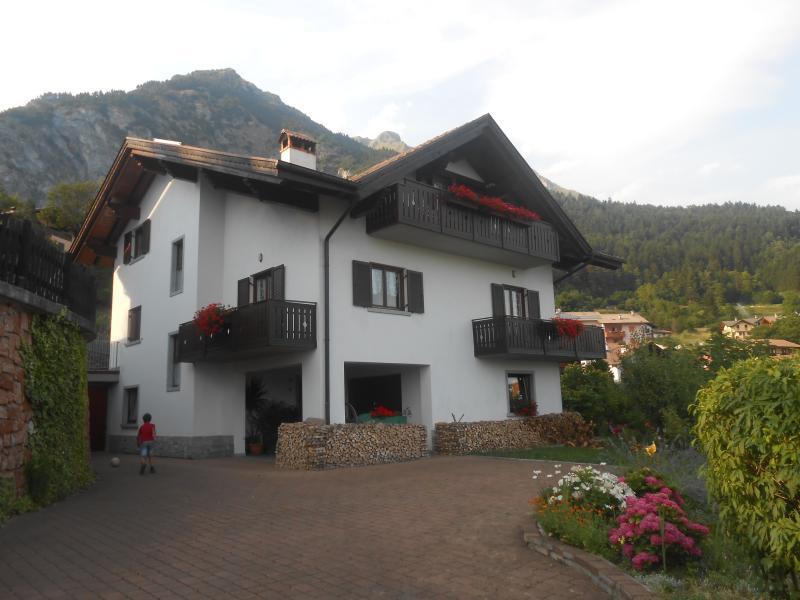 Villa panoramica, nel verde vicino Terme di Comano. Relax  e tranquillitá., vacation rental in Pergolese
