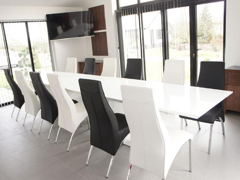 Essbereich mit 12 Sitzer Tisch