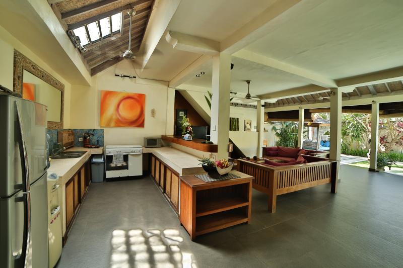 Cucina è piena di luce diurna grazie alla finestra per tetto