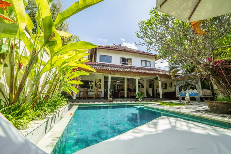 Two store big building (200 m2), with private garden (3 are) and beautiful swimming pool
