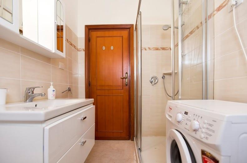Bathgroom with large shower and washing machine