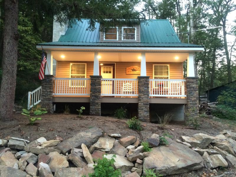 Bear Den Cottage along Penns Creek, water views, WiFi, Apple TV, location de vacances à Milton