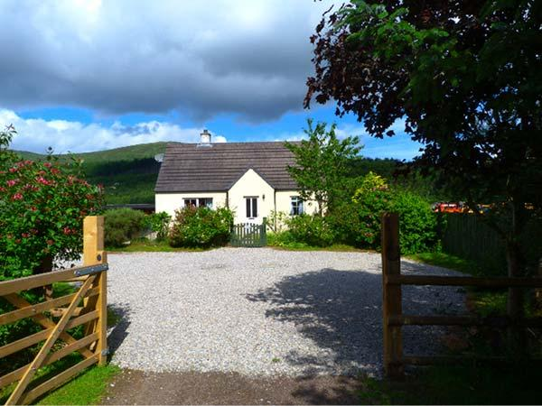 COSY COTTAGE, detached bungalow, open fire, pet-friendly, near Cannich and, holiday rental in Cannich