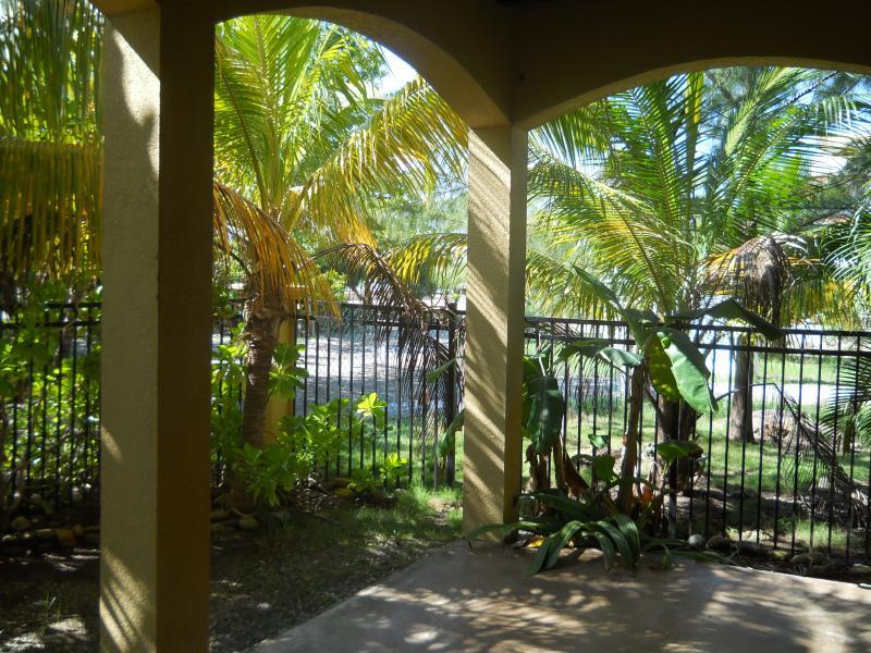Street och havsutsikt från verandan