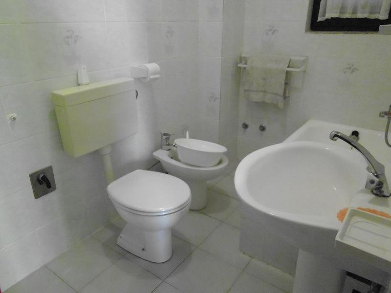 Una jarra (4 + 1): baño con inodoro.