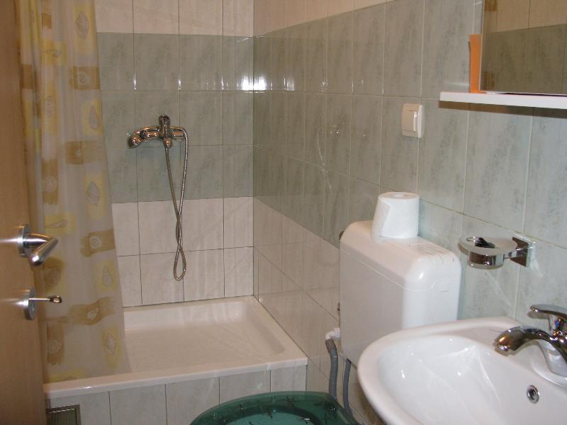H (2 + 1): salle de bain avec toilette