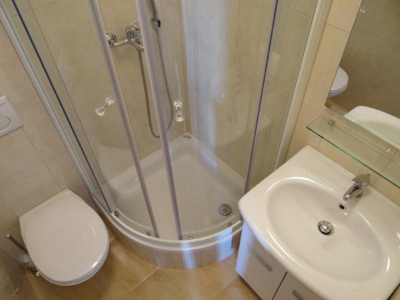 SA2(2): bathroom with toilet