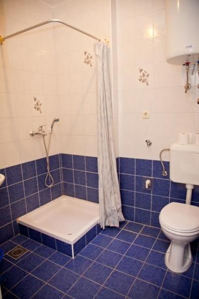A8(2+1): bathroom with toilet