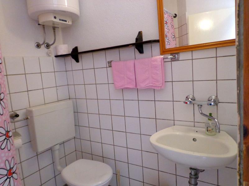 SA4(2): bathroom with toilet