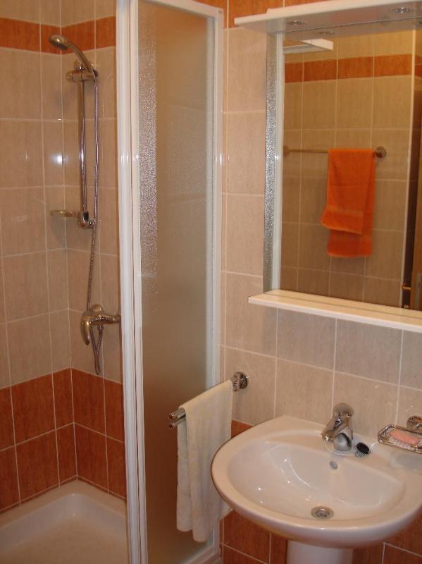 A2 (3 + 2): baño con inodoro.