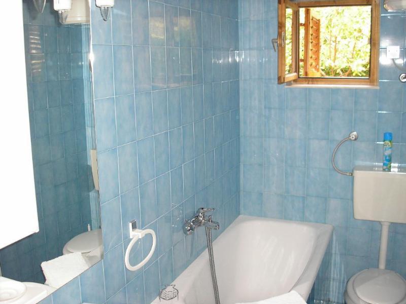 A2 (2): banheiro com vaso sanitário