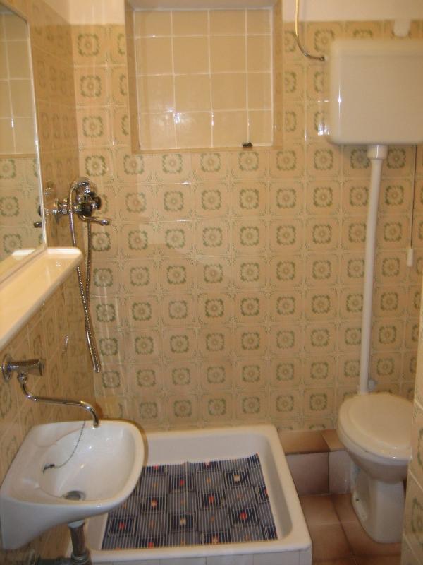 SA2 Studio(2): bathroom with toilet