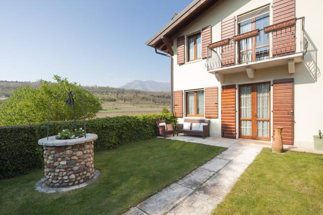 Lovely  country house in vineyards, vacation rental in Calmasino
