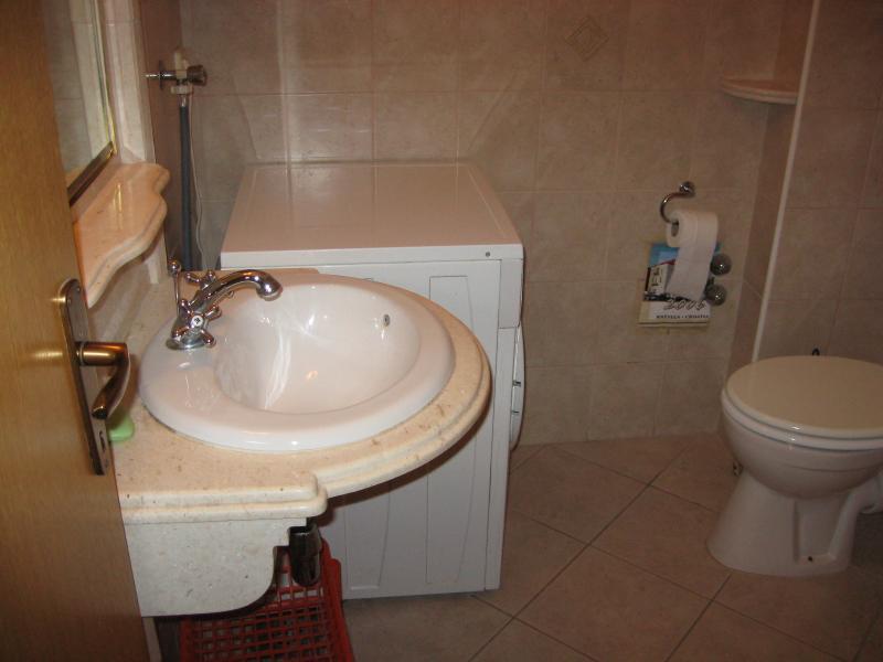 A3 (3 + 2): baño con inodoro.