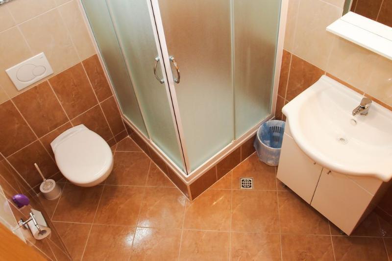 SA5 (3 + 2): baño con inodoro.