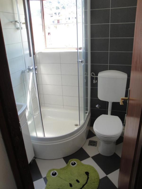 A1-Mande (3+1): bathroom with toilet