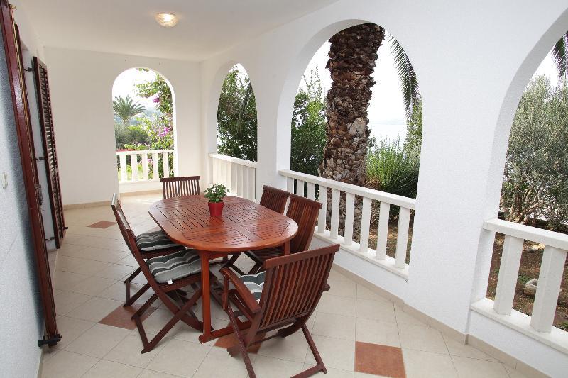 A6 (4+2): terrace
