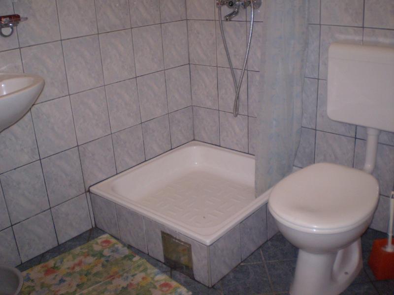 R2 (2): bagno con wc