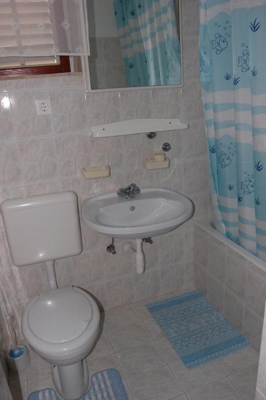 Más (6): baño con inodoro.