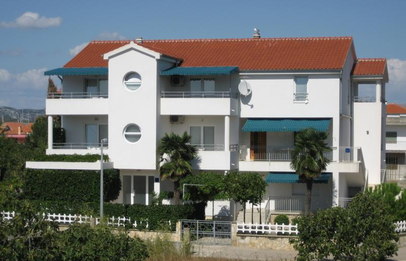 Beti - 70 m from sea: A2(2+2) - Betina, vacation rental in Betina