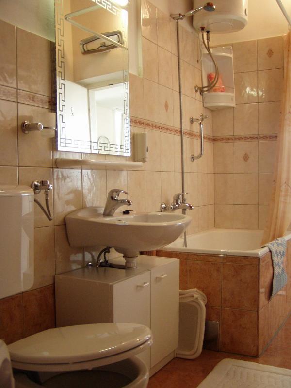 Diana(2+2): bathroom with toilet