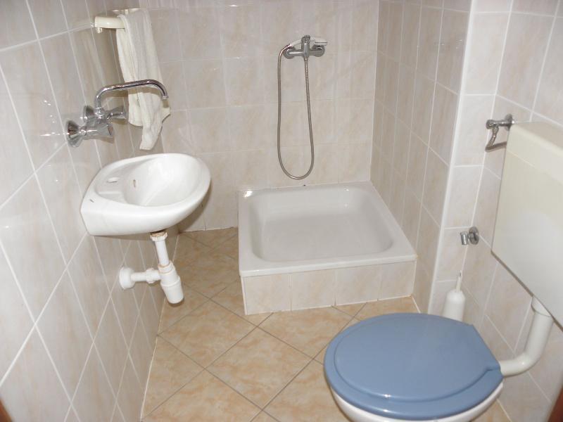 SA3(3): bathroom with toilet