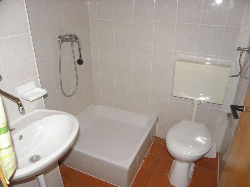 SA4(1+3): bathroom with toilet