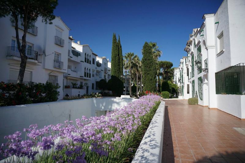 Os jardins são um estilo de resort com plantas tropicais exuberantes e numerosas passagens e fontes.