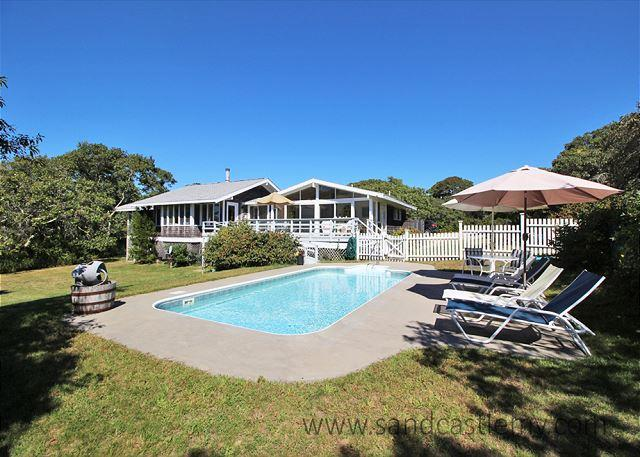 Gracious and Spacious Chilmark Home with a Pool – semesterbostad i Aquinnah