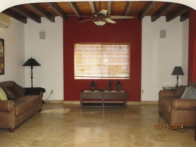 Zona salotto separata con un divano e divanetto. Una persona può dormire sul divano