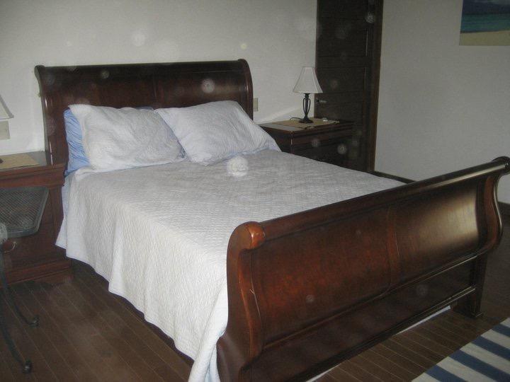 Camera da letto queen size w / suite, bagno e balcone, tv e lettore dvd