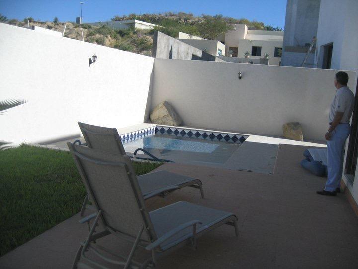 Piscina e sedie a sdraio per godersi il sole e il freddo fuori