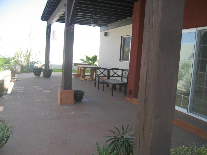 Patio del cortile privato con posti a sedere all'aperto e zona pranzo