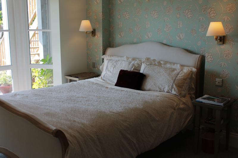 King bedroom opening onto verandah and garden