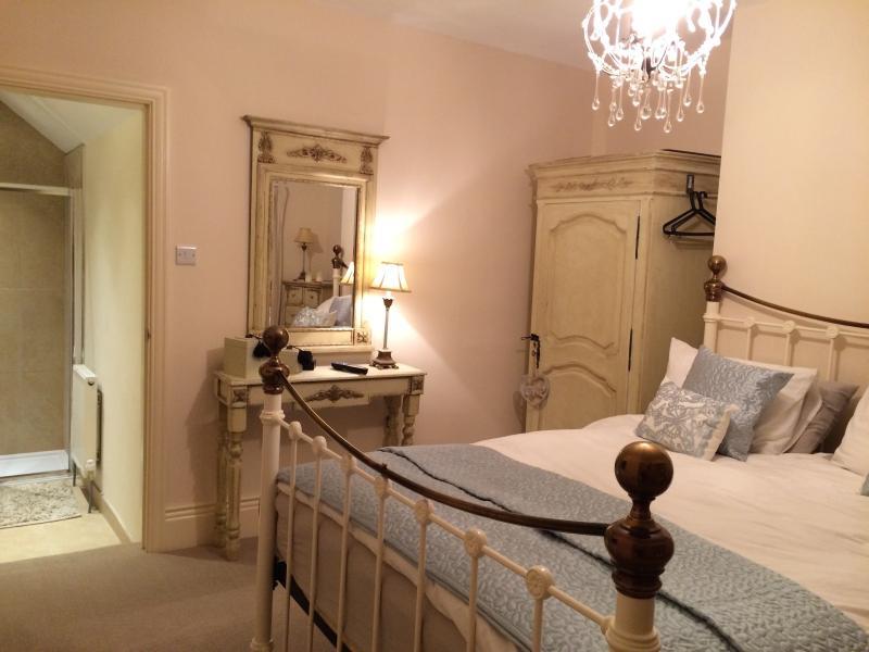 kingsize en suite room with kingsize bed bedroom no 1