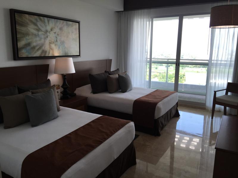 2 camas queen con balcón